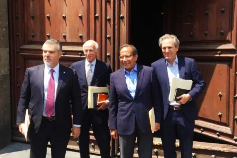 Visitan empresarios Palacio Nacional para entregar propuesta económica por crisis