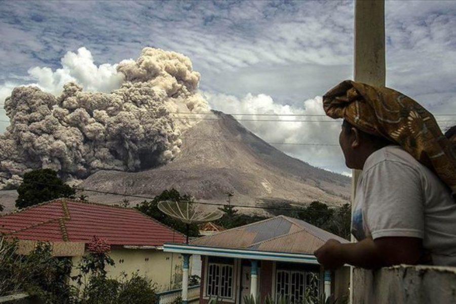 Volcán en Indonesia entra en erupción