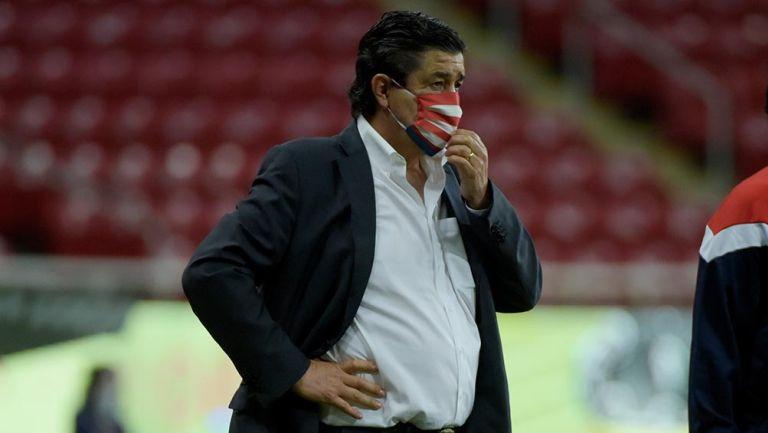 Luis F. Tena duró tres fechas como DT de Chivas; ya buscan reemplazo