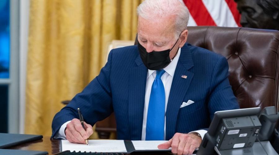 Biden garantizaría que los migrantes reciban la vacuna contra el COVID-19
