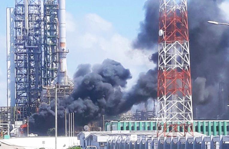 """Incendio en el complejo de Pemex """"La Cangrejera"""" en Veracruz"""