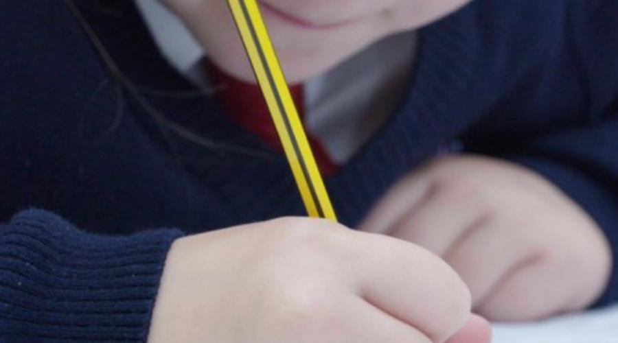 Harán pruebas de COVID-19 a niños para el regreso a clases en Reino Unido