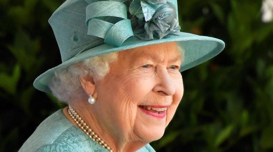 Confinada, la Reina Isabel II cumple 69 años en el Trono Británico