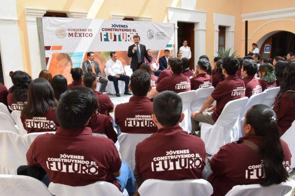 becarios del programa Jóvenes construyendo el Futuro